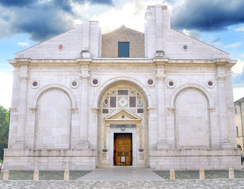 la facciata della cattedrale di Rimini
