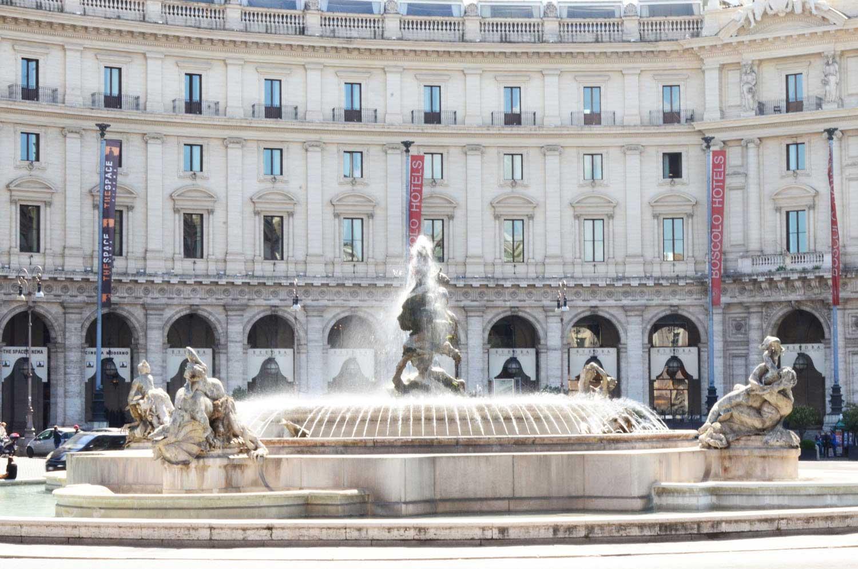 piazza della repubblica con al centro la fontana delle naiadi