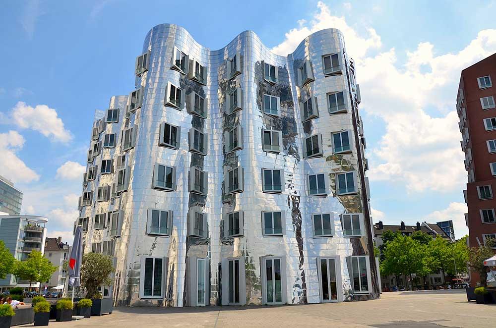 Frank Gehry a dusseldorf edificio che simboleggia il bambino con specchi riflettenti