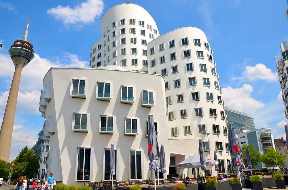 Frank Gehry a dusseldorf edificio che simboleggia la madre, realizzato con linee morbide e colore chiaro.