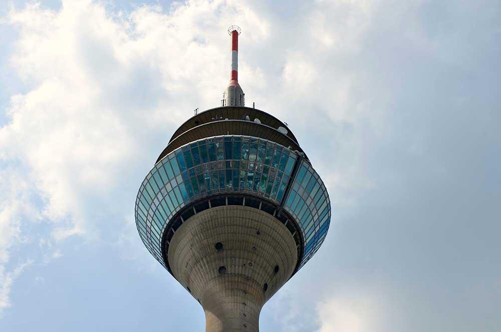La cima della torre della televisione di Dusseldorf vista dal basso