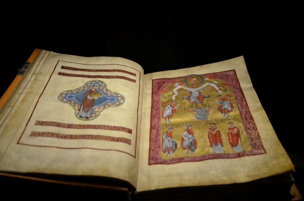 libro medievale nel museo della cattedrale di aachen