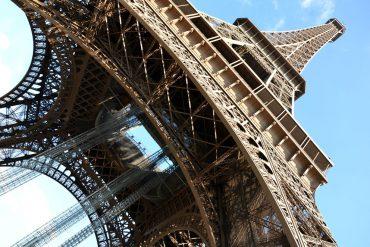 la torre eiffeld i parigi da sotto