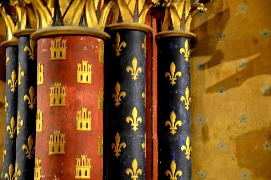 simboli del giglio e del castello