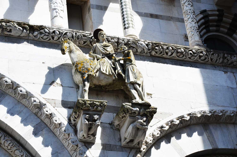 particolare della statua di san martino