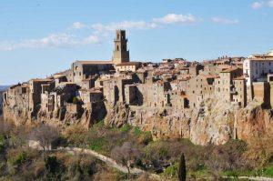 Pitigliano, città del tufo incastonata sulla roccia