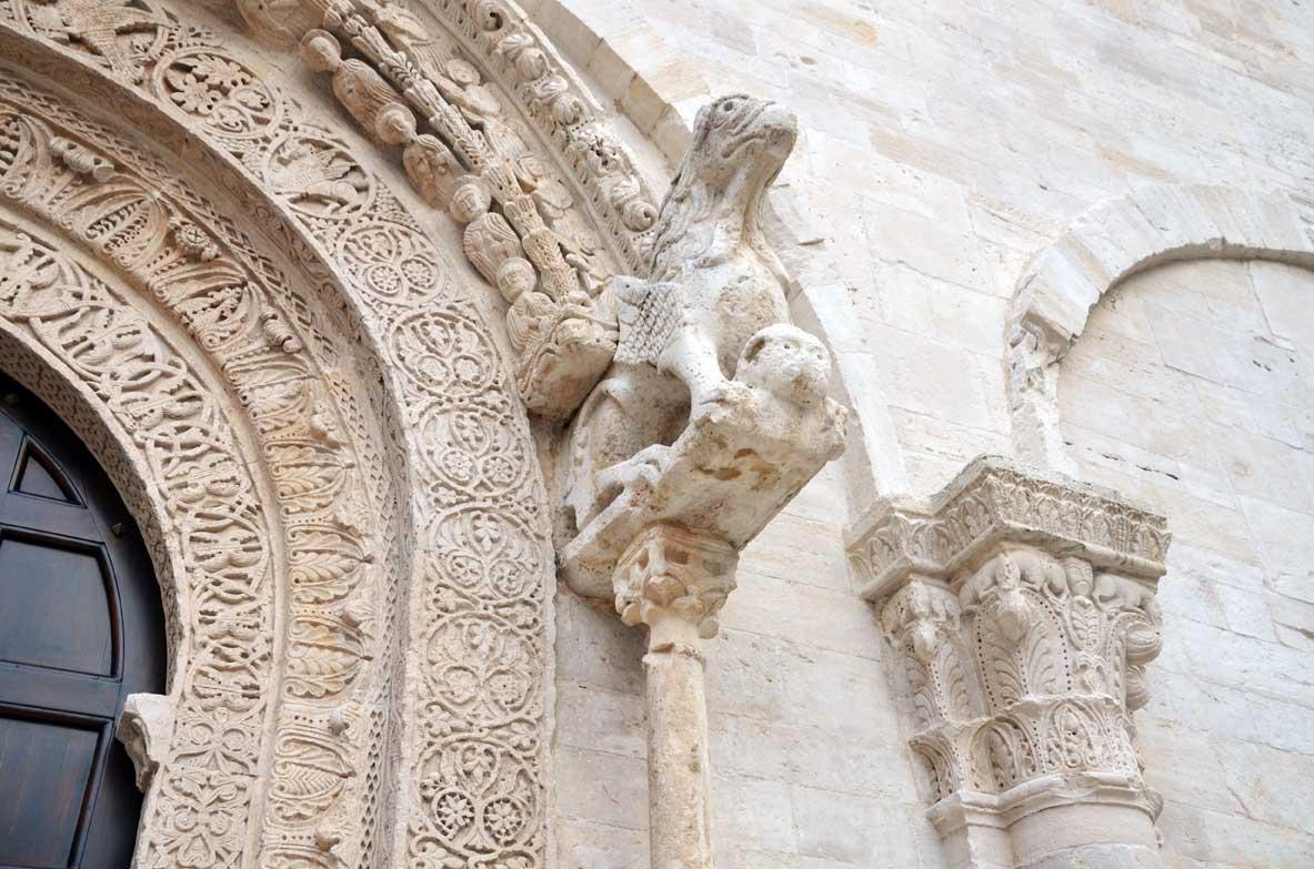 scultura sulla porta della cattedrale di Ruvo
