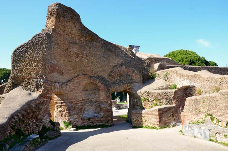 all'interno di uno dei palazzi di ostia antica