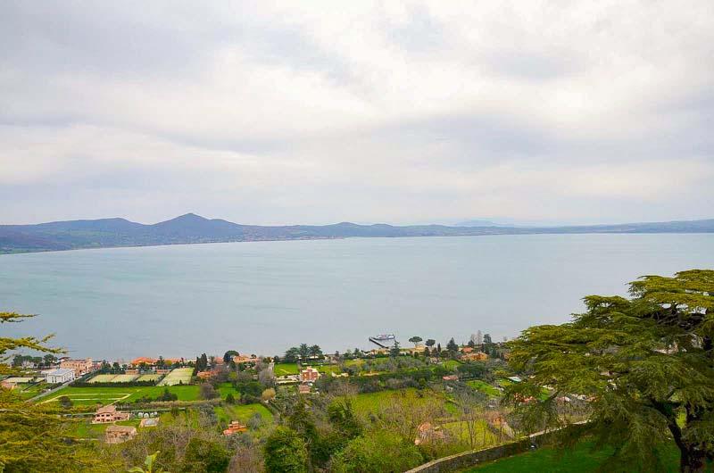 la vista sul lago di bracciano