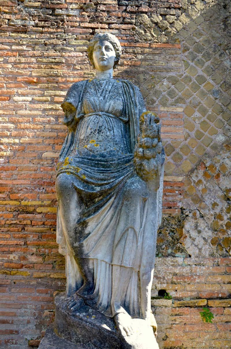 statua nel parco archeologico di Ostia