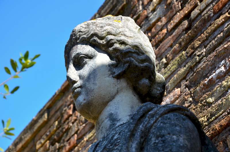 particolare di statua