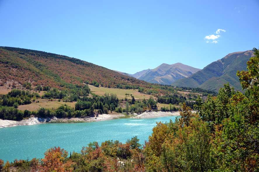 Panorama tra le montagne ed il bellissimo lago di Fistra