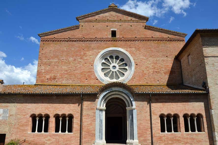 Abbadia di Fiastra, la facciata della chiesa ed il suo rosone