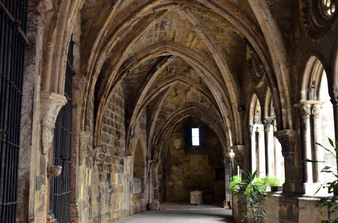 interno della cattedrale Sé di Lisbona