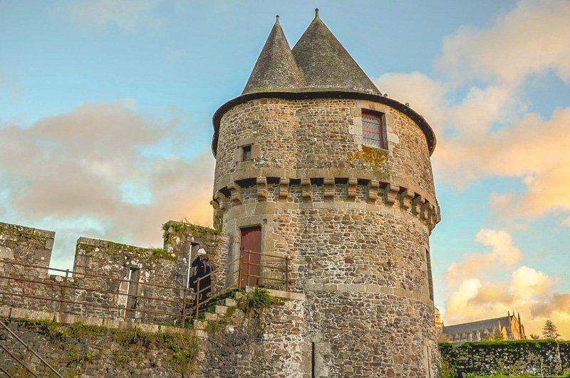 Una delle torri più antiche del castello di fougeres vista al tramonto