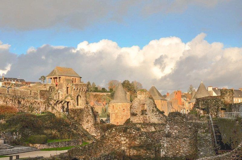 Panorama al tramonto delle mura del castello di fougeres