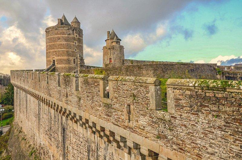 scorcio sulle mura del castello di fougeres in Bretagna