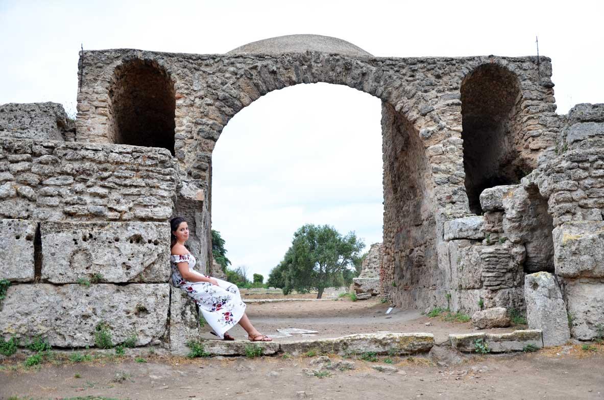 Paestum, all'interno del parco archeologico sotto l'arco dell'anfiteatro romano