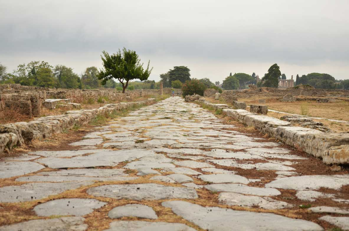 Strada romana lastricata all'interno dell'area archeologica di Paestum
