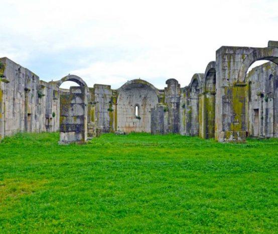 Scopri l'incredibile storia dell'incompiuta abbazia di Venosa in 11 scatti
