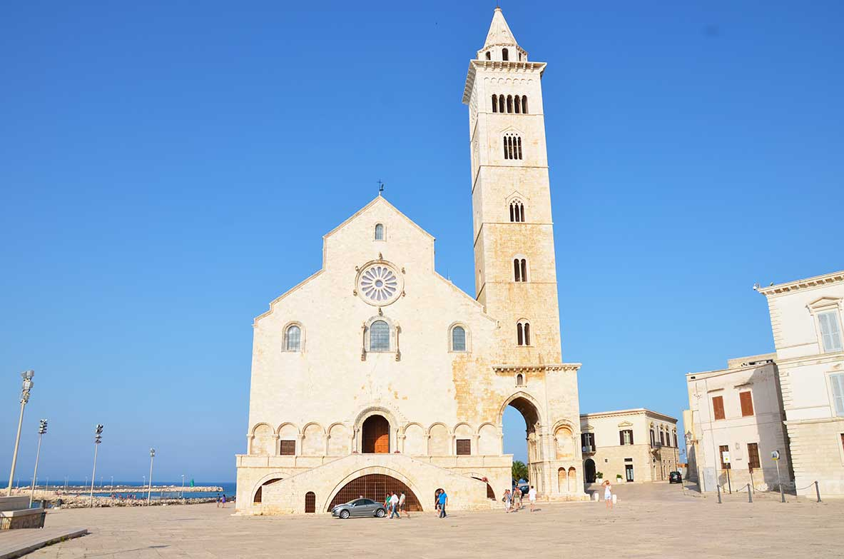 Cattedrale di trani difronte