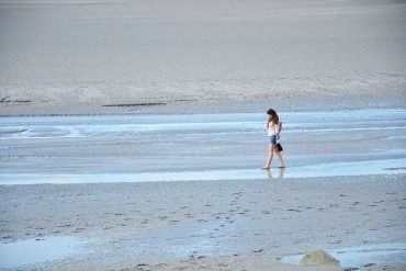 Elisa che cammina lungo il mare della Normandia