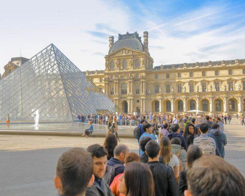 Louvre museum Paris France salta fila